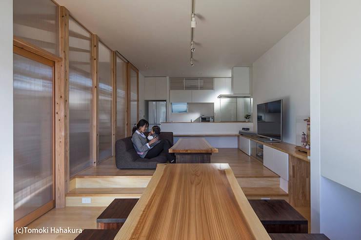 仲間が集う「よりあい」の家: I Live Architects/田辺弘幸建築設計事務所が手掛けたリビングです。