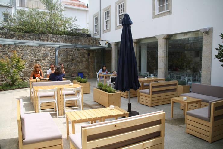 CASINHA BOUTIQUE CAFÉ - VIANA DO CASTELO: Espaços de restauração  por Habitat Arquitectura Paisagista