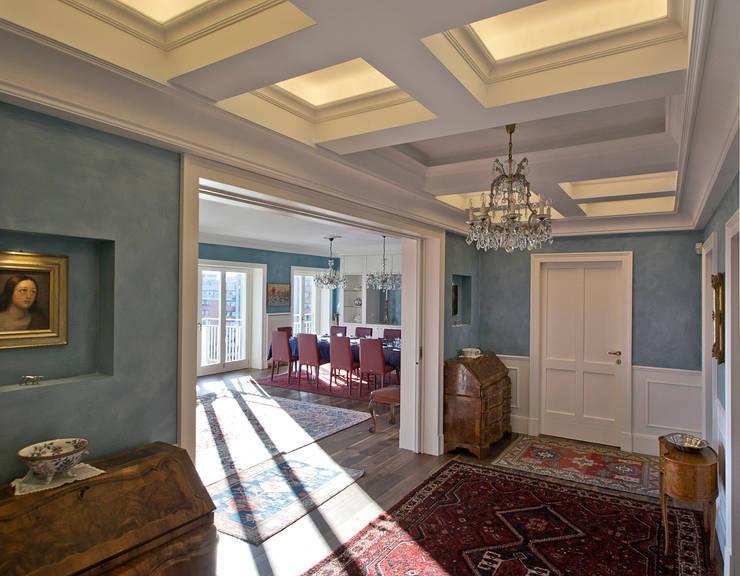 Ingresso con soffitto a cassettoni: Ingresso & Corridoio in stile  di Platform Studio