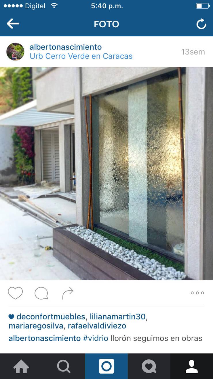 Fuente vidrio de agua: Hoteles de estilo  por Paisajismo A&N