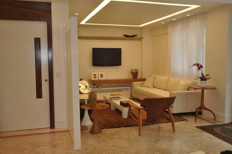 Apartamento Espelho Prata: Salas de estar  por Emmilia Cardoso Designers Associados