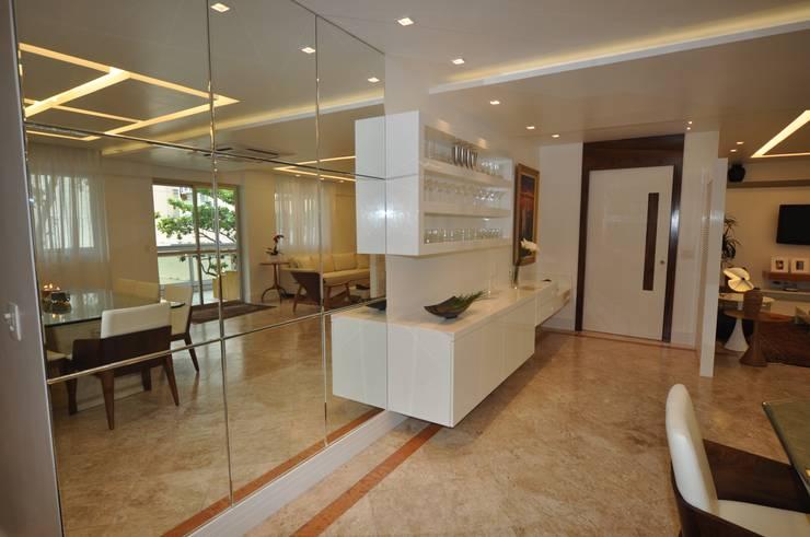 Apartamento Espelho Prata: Salas de estar modernas por Emmilia Cardoso Designers Associados