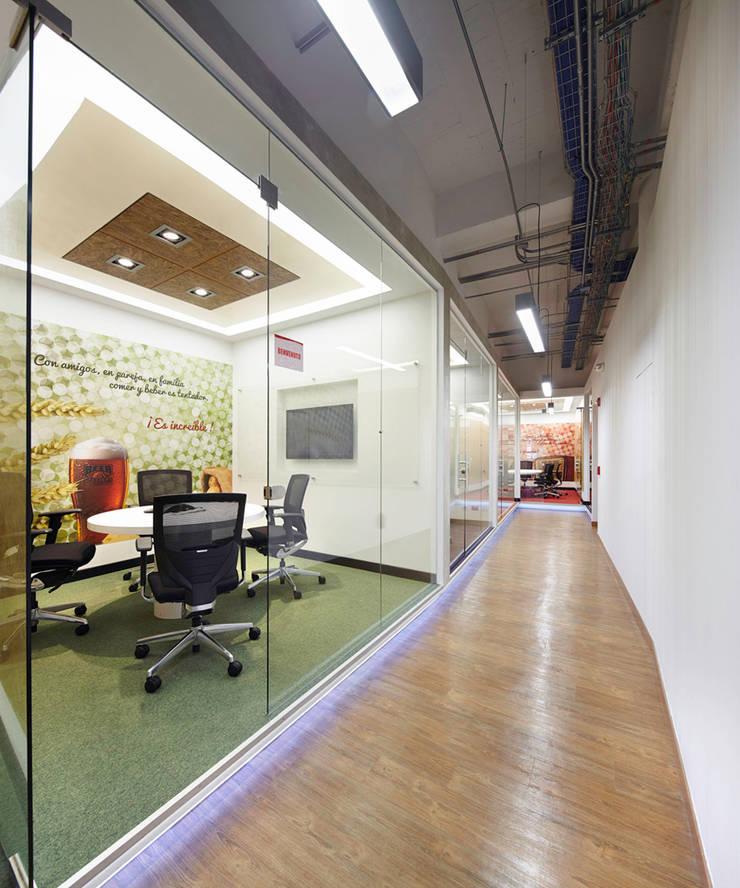 VA: Oficinas y Tiendas de estilo  por Arquint Colombia
