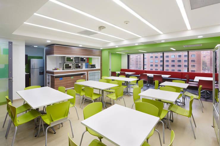 Microsoft: Oficinas y Tiendas de estilo  por Arquint Colombia