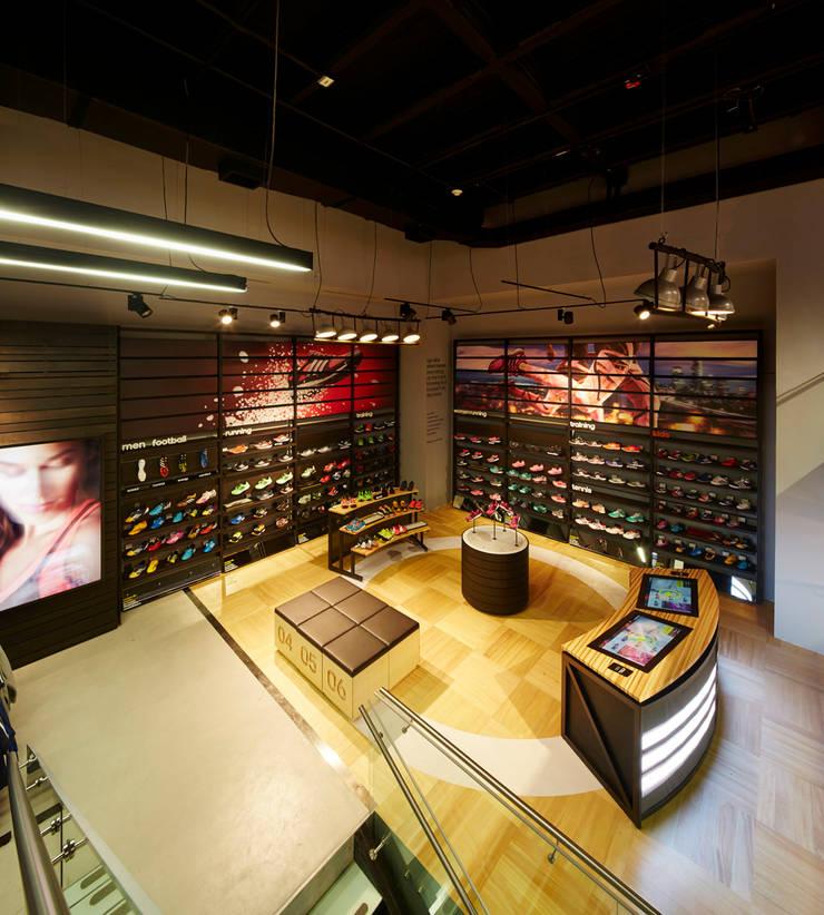 Adidas: Oficinas y Tiendas de estilo  por Arquint Colombia, Moderno