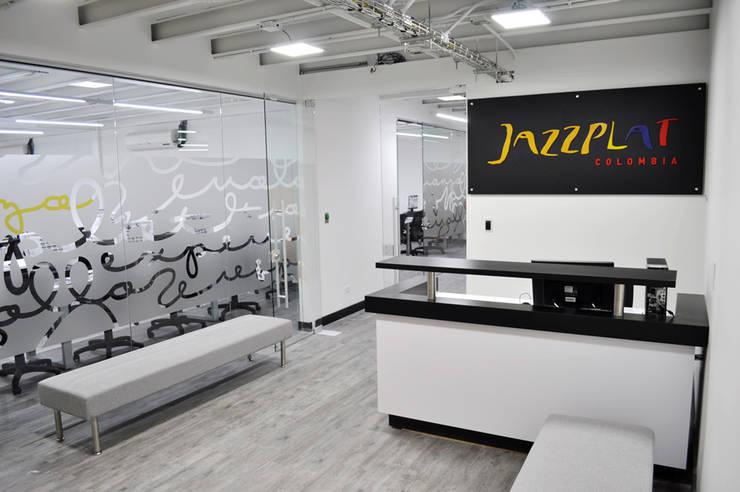 Jazzplat: Oficinas y Tiendas de estilo  por Arquint Colombia