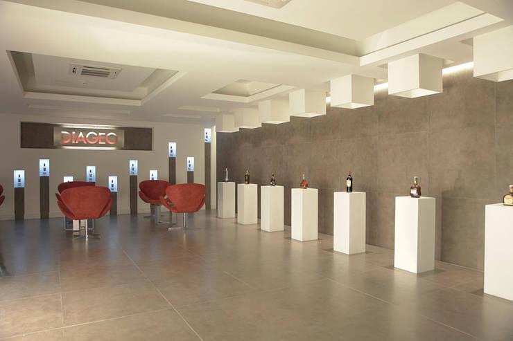 Diageo: Oficinas y Tiendas de estilo  por Arquint Colombia