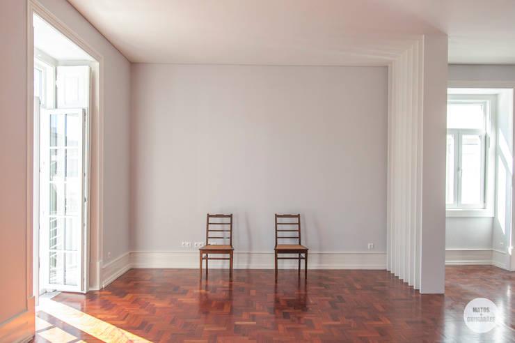 Remodelação de apartamento Avenidas Novas, Lisboa: Salas de estar  por Matos + Guimarães Arquitectos