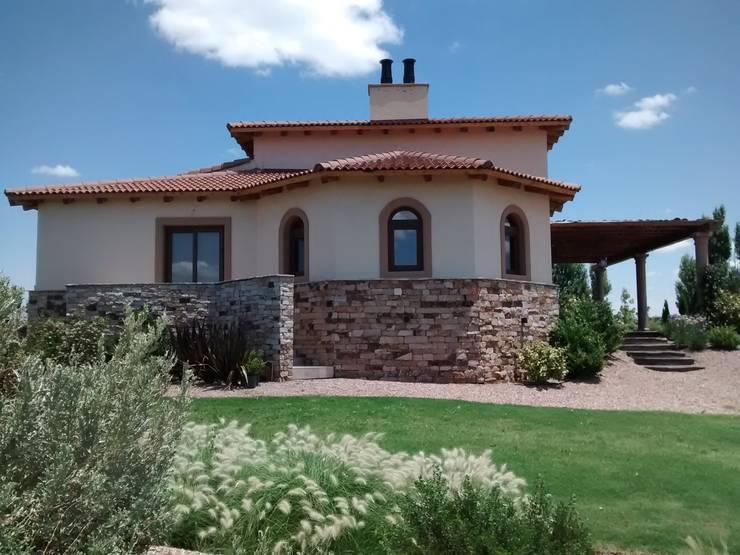 Vista este: Casas de estilo rústico por Azcona Vega Arquitectos