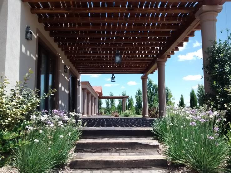 Acceso desde la cochera: Terrazas de estilo  por Azcona Vega Arquitectos,Rústico