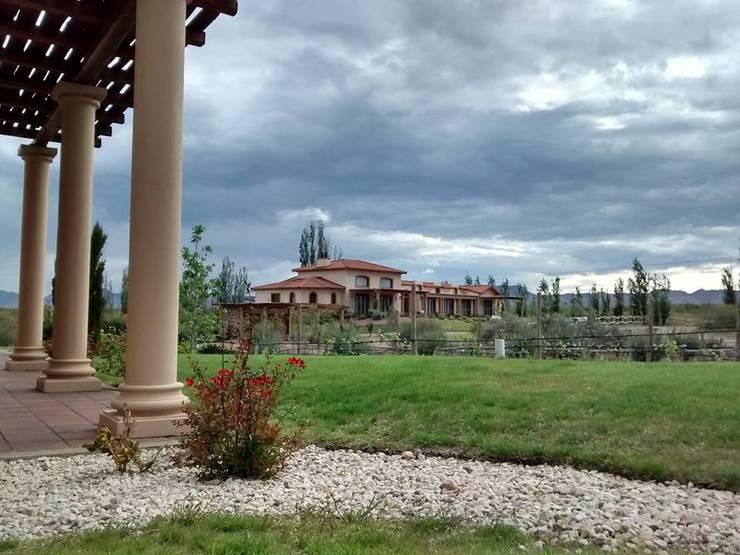 Vista noreste: Casas de estilo  por Azcona Vega Arquitectos,Colonial