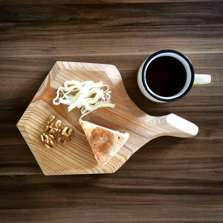 Atölye² Design – Taglio Sunum Tahtası: minimal tarz tarz Mutfak
