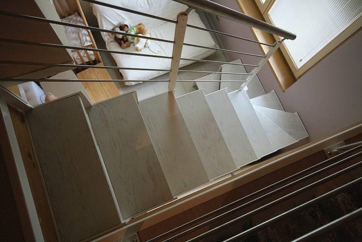 Corredor, hall e escadas  por Roberta Bonavia Architetto