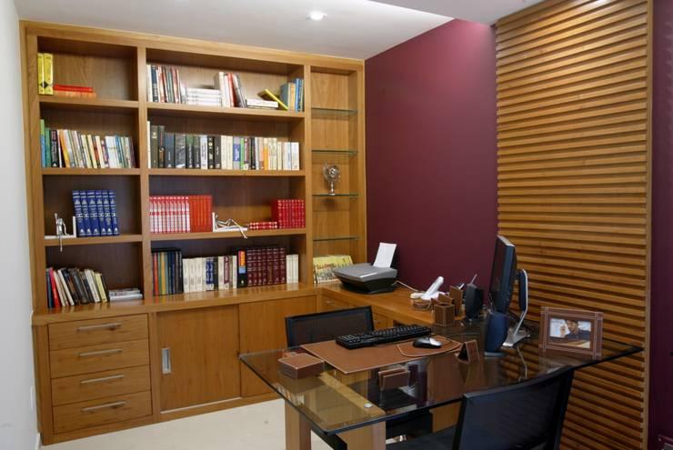 Casa Beringela: Escritórios  por Emmilia Cardoso Designers Associados