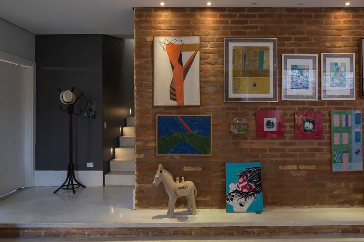 Residência Volpi: Corredores e halls de entrada  por JAA Arquitetos