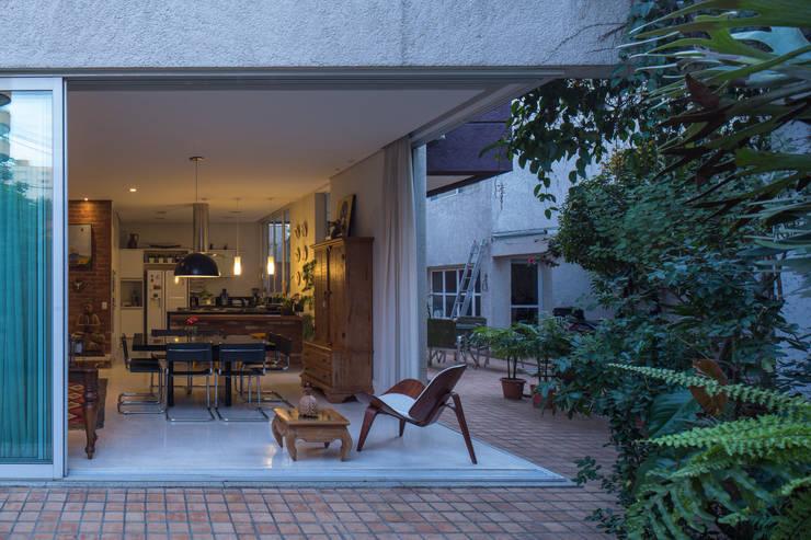 Integração: Jardins modernos por JAA Arquitetos