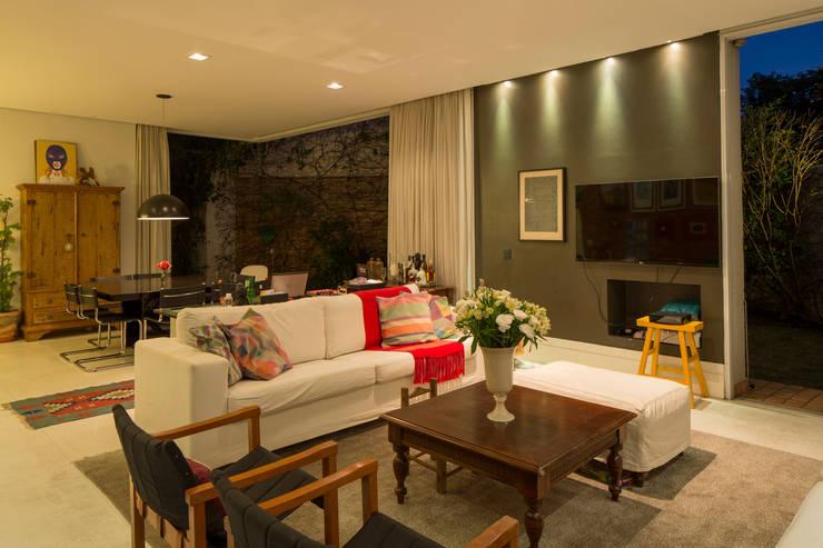 Sala de estar e jantar: Salas de estar  por JAA Arquitetos