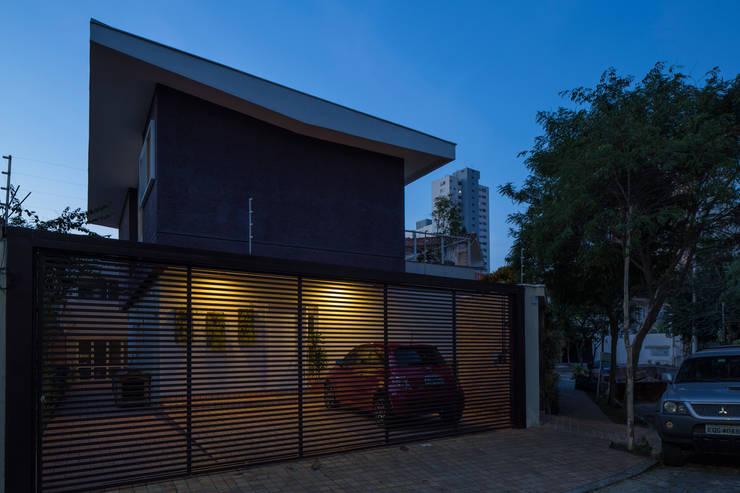 Fachada - Final de tarde: Casas modernas por JAA Arquitetos