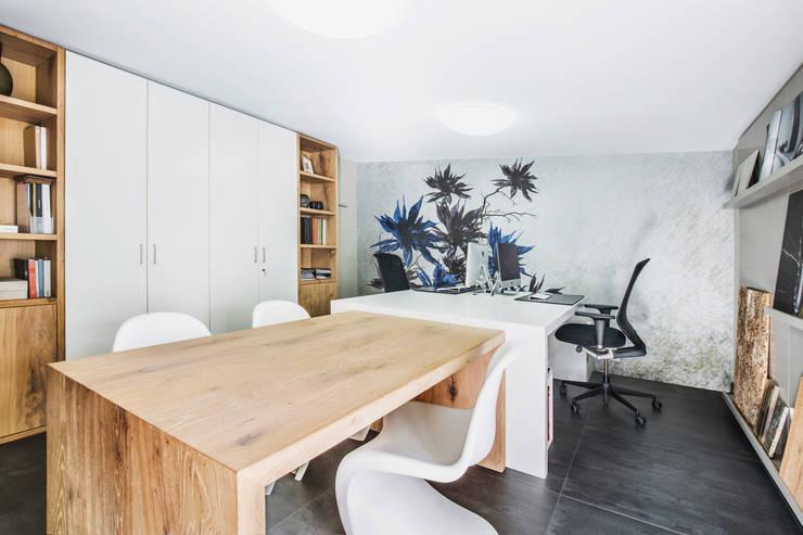 Estudios y despachos de estilo moderno por Die Fliese art + design Fliesenhandels GmbH