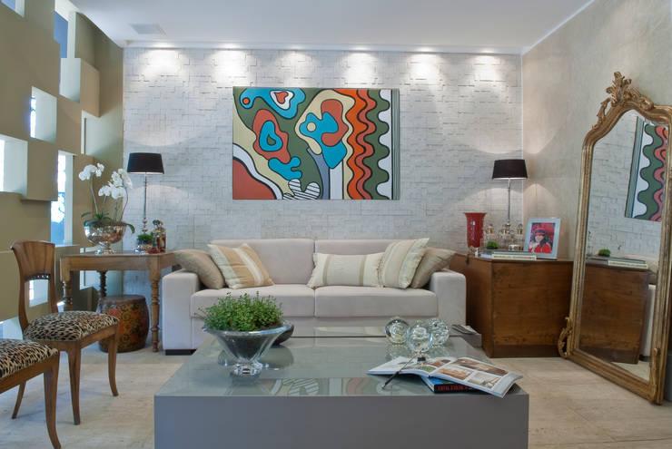 غرفة المعيشة تنفيذ Emmilia Cardoso Designers Associados