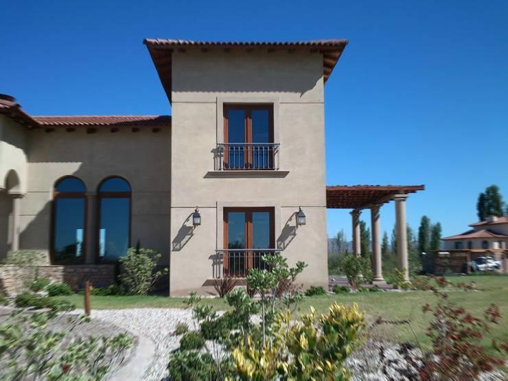 Vista Norte estudio: Casas de estilo  por Azcona Vega Arquitectos