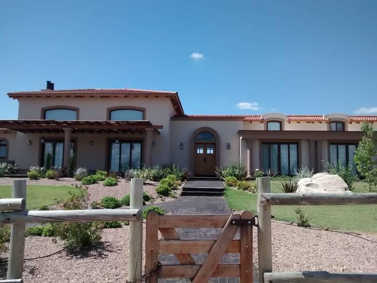 Acceso principal: Casas de estilo rústico por Azcona Vega Arquitectos