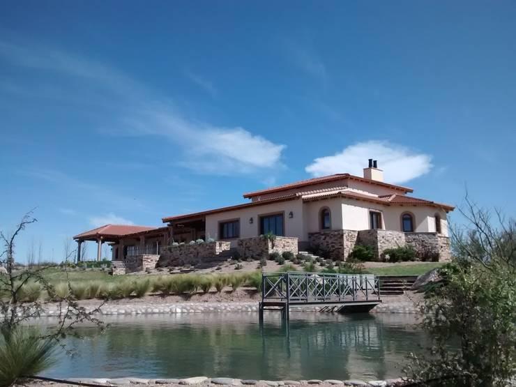 Projekty, rustykalne Domy zaprojektowane przez Azcona Vega Arquitectos
