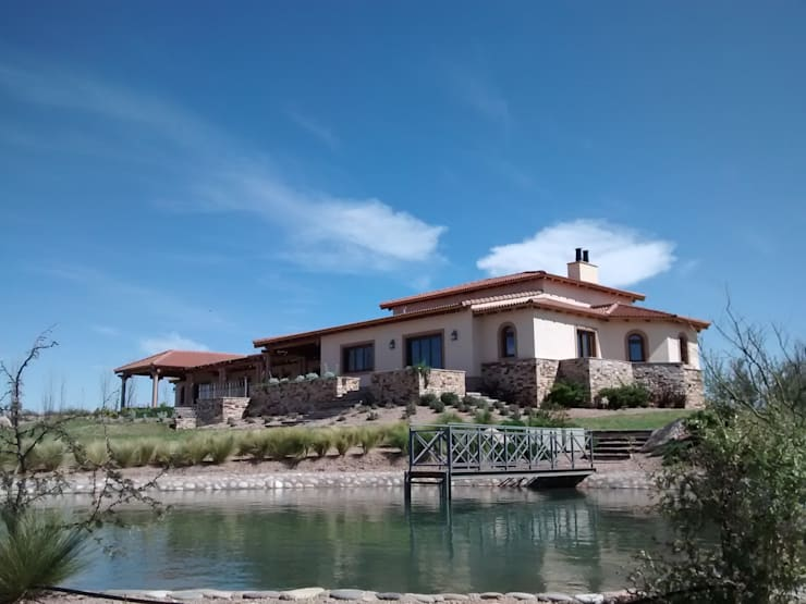 Vista sureste: Casas de estilo rústico por Azcona Vega Arquitectos