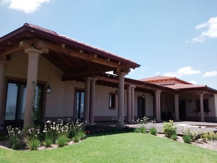 Vista suroeste: Casas de estilo rústico por Azcona Vega Arquitectos
