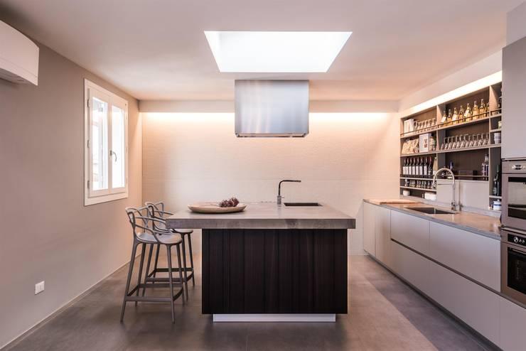 art collector loft: Cucina in stile in stile Minimalista di studiooxi