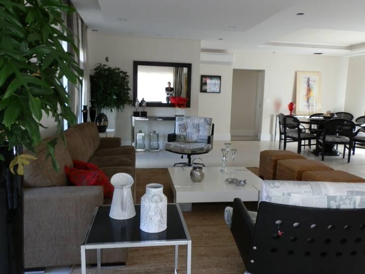 Casa de Hóspedes - Depois: Salas de estar  por MBDesign Arquitetura & Interiores