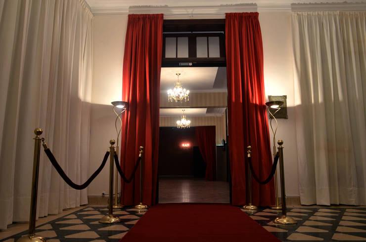 Hall Acceso: Salas de eventos de estilo  por Estudio Indo,