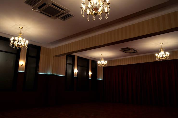 Salon Principal: Salas de eventos de estilo  por Estudio Indo,