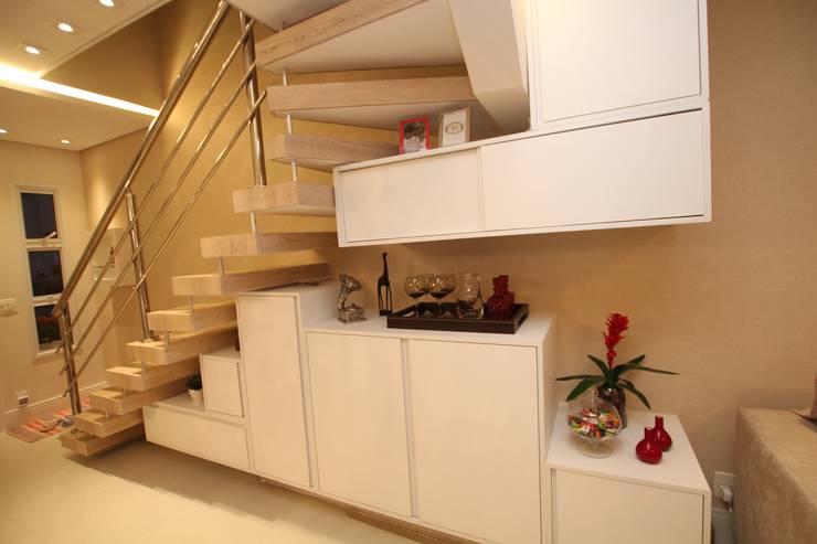 Ocupação debaixo da escada: Corredores e halls de entrada  por Pricila Dalzochio Arquitetura e Interiores