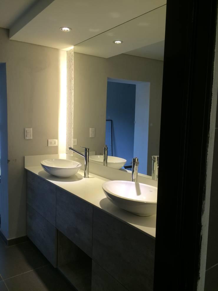Bathroom by Arquitecta Fernanda Isola