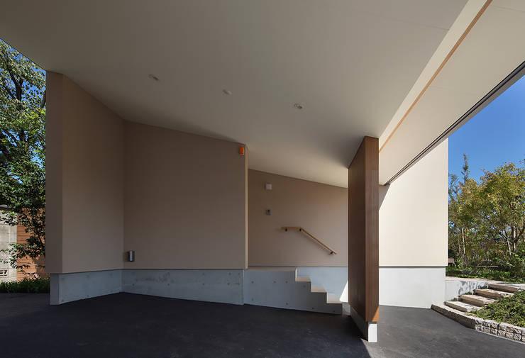 Couloir et hall d'entrée de style  par Atelier Square
