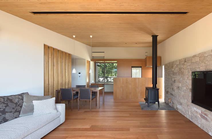 Salas de estilo moderno por Atelier Square