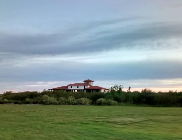 Vista desde el golf: Casas de campo de estilo  por Azcona Vega Arquitectos