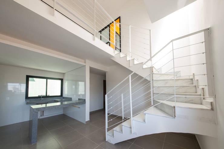 Corridor & hallway by MEIUS ARQUITETURA