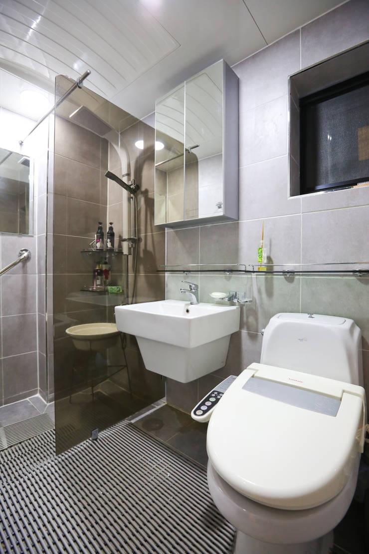 Ванные комнаты в . Автор – 한글주택(주), Модерн