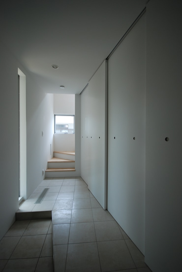 Eclectic corridor, hallway & stairs by SUR都市建築事務所 Eclectic