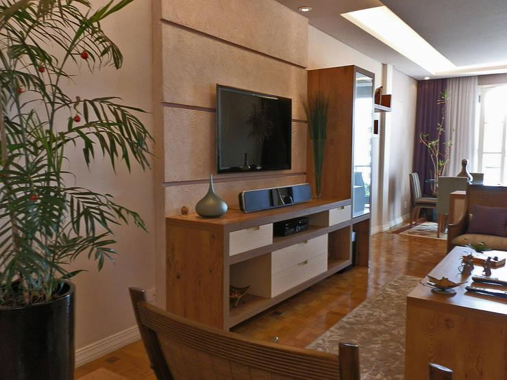 Reforma de Apartamento: Salas de estar modernas por MBDesign Arquitetura & Interiores