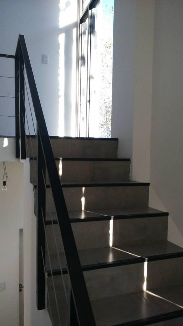 CASA CSHA: Pasillos y recibidores de estilo  por DS Arquitectos