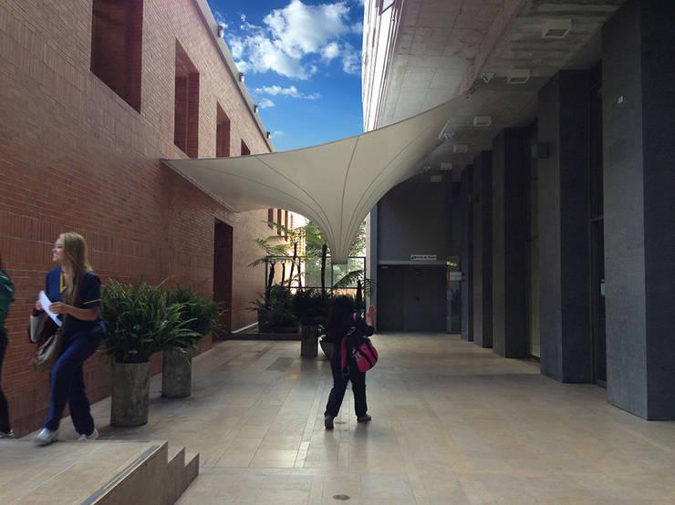 :: MEMBRANAS ARQUITECTONICAS -  UNIVERSIDAD EL BOSQUE ::: Jardines de estilo  por Diseños & Fachadas SAS