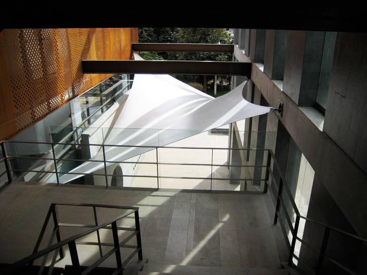 :: MEMBRANAS ARQUITECTONICAS - UNIVERSIDAD EL BOSQUE ::: Terrazas de estilo  por Diseños & Fachadas SAS