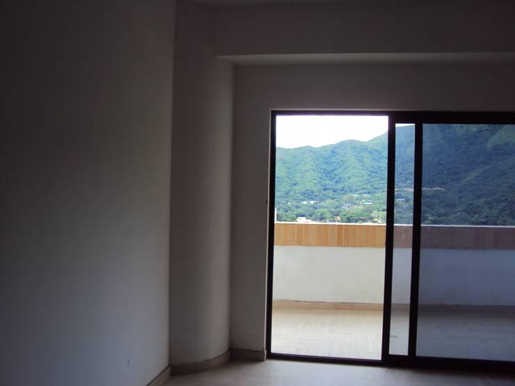 Acceso a la terraza:  de estilo  por Complementi Centro Decorativo