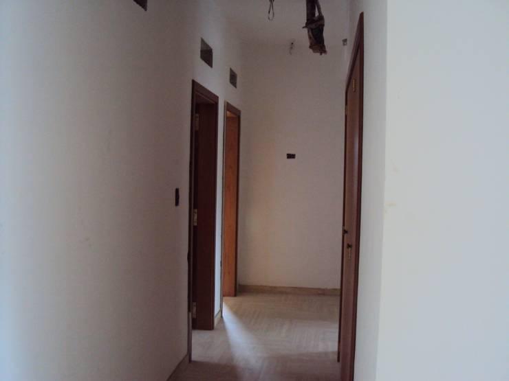 Pasillo Distribuidor de Habitaciones:  de estilo  por Complementi Centro Decorativo