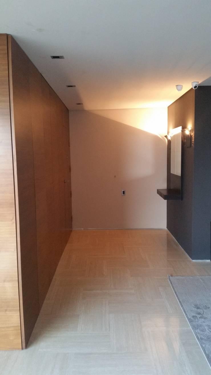 Nuevo Acceso con puerta oculta:  de estilo  por Complementi Centro Decorativo