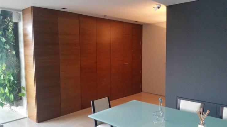 Panelado en Pared, Puerta y Bar:  de estilo  por Complementi Centro Decorativo