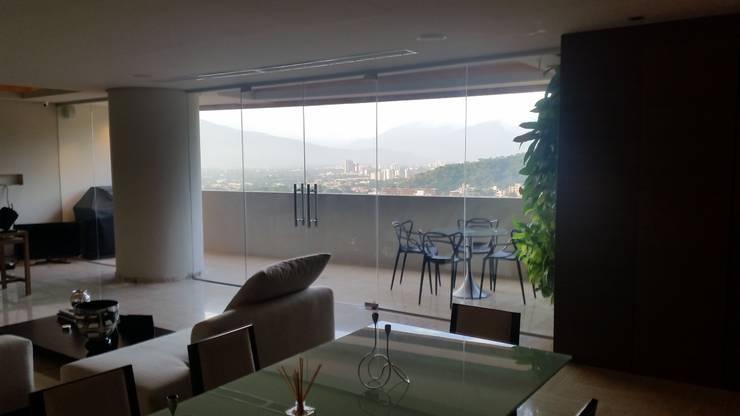 Terraza Integrada y Gran vista de la Ciudad:  de estilo  por Complementi Centro Decorativo